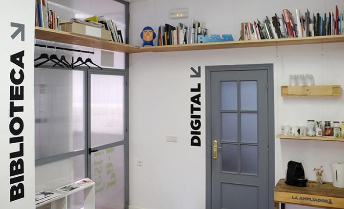 Zona de documentación y préstamo de libros de fotografía.
